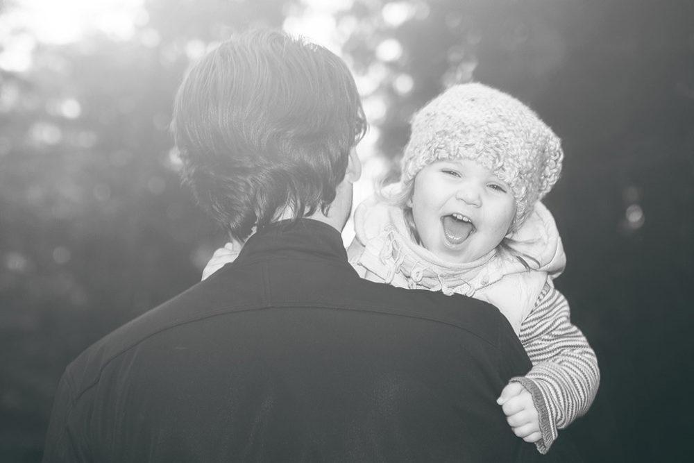 Kind mit Papa in Schwarz/Weiß