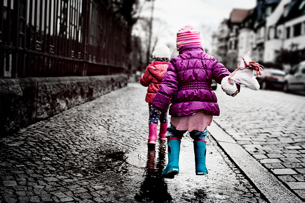 Kinderspaß in Pfützen